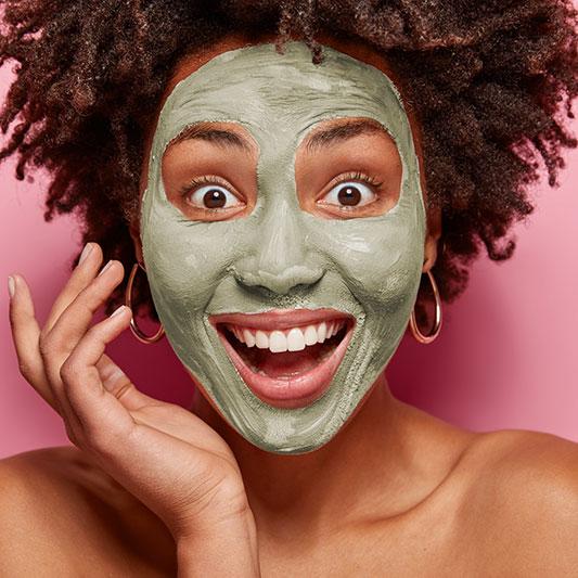 rosto com argila verde